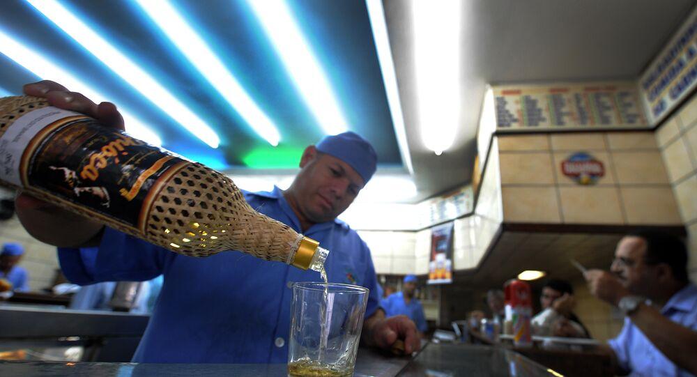 Cachaça é servida em um bar do Rio de Janeiro