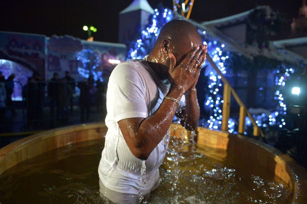 Mergulho de batismo na praça da Revolução, em Moscou