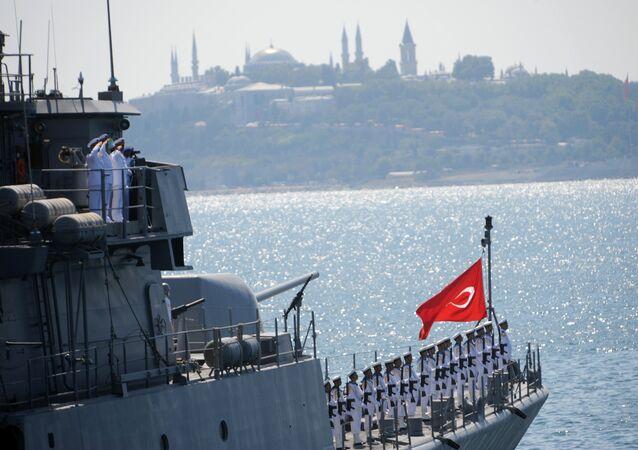 Navio da Marinha turca durante parada militar no estreito de Bósforo (foto de arquivo)