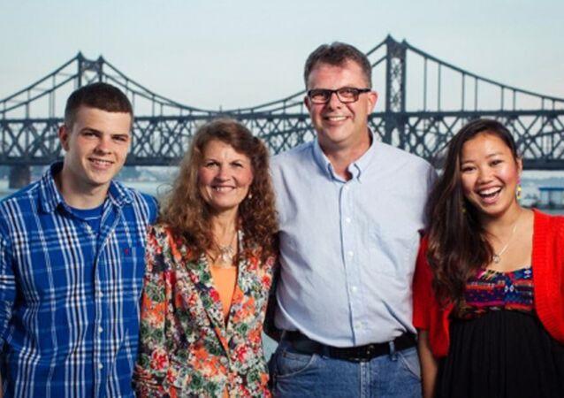 Kevin Garratt com sua esposa Julia e filhos (Peter e Hannah), em foto não datada fornecida por Simeon Garratt