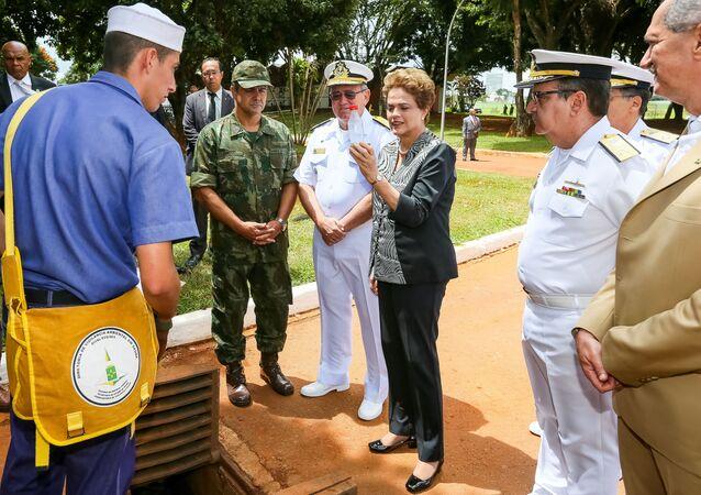 Dilma observa combate ao Aedes aegypti na Marinha