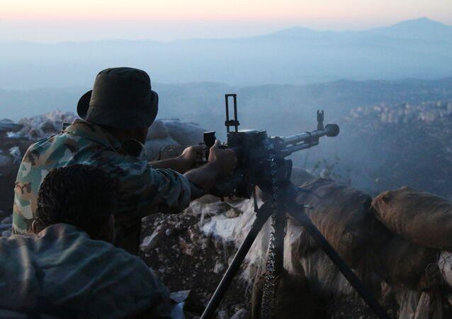 Um soldado do exército sírio ataca posições dos terroristas na província de Latakia (foto de arquivo)