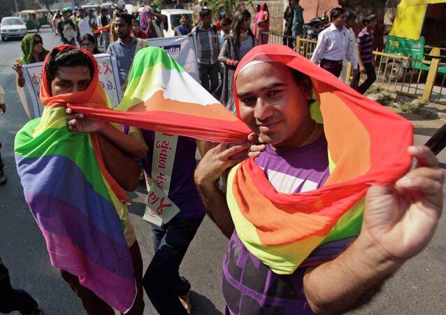 Manifestantes em parada gay realizada em Ahmadabad, Índia, em dezembro de 2013