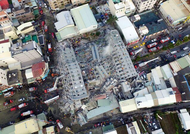 Vista aérea da destruição causada por um forte terremoto que atingiu Tainan, sul de Taiwan, em 6 de fevereiro de 2016, há exatos dois anos