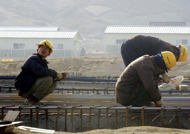 Trabalhadores norte-coreanos constroem uma fábrica no Complexo Industrial de Kaesong, ao norte da fronteira coreana, a Coreia do Norte (foto de arquivo)