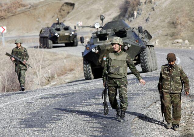 Soldados turcos patrulham uma rodovia na província de Sirnak, de população majoritariamente curda