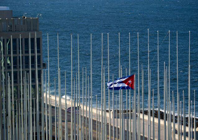 Bandeira de Cuba perto do prédio da embaixada dos EUA em Havana (arquivo)