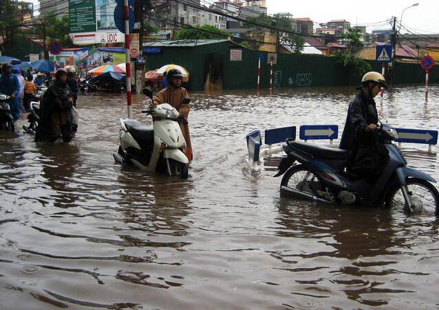 Rua inundada no centro de Hanói, no Vietnã (arquivo)