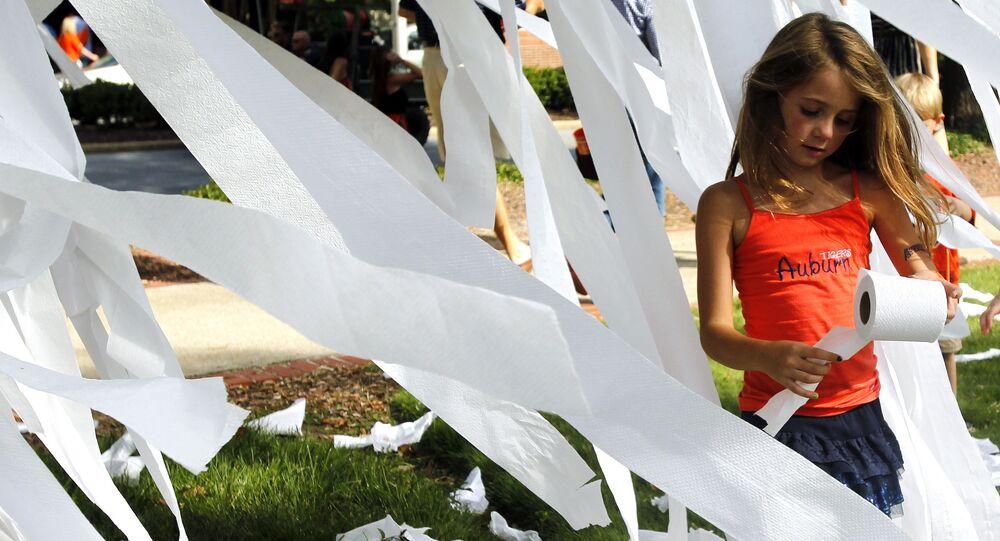 Uma menina entre rolos de papel higiênico