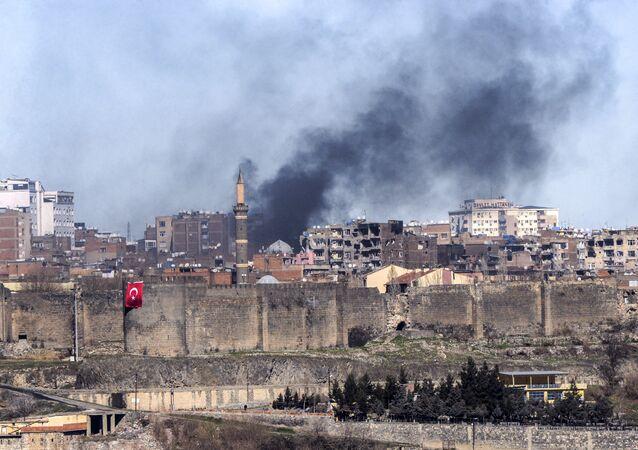 Fumaça no distrito de Sur na província de Diyarbakir, Turquia, 3 de fevereiro de 2016