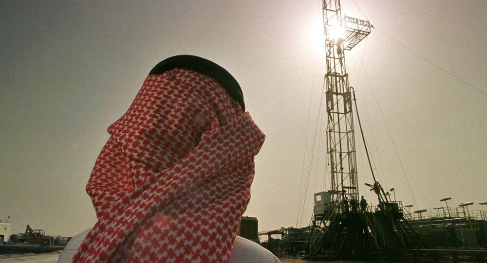 Khaled al Otaiby, funcionário da petrolífera saudita Aramco, acompanha os trabalhos no campo de al-Howta