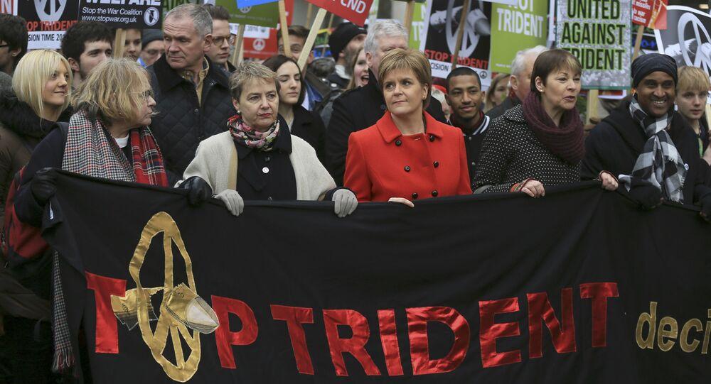 A primeira-ministra da Escócia e líder do Partido Nacional Escocês (SNP), Nicola Sturgeon, marcha com os ativistas na Trafalgar Square, no centro de Londres