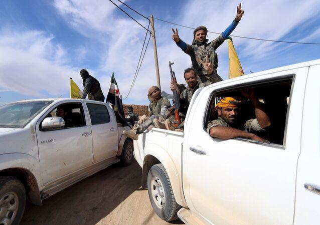 Forças Democráticas da Síria e combatentes do Exército Livre da Síria em uma aldeia nos arredores da cidade de al-Shadadi, campo de Hasaka, Síria (foto de arquivo)