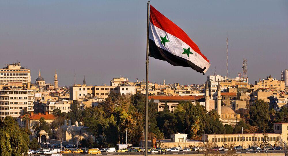 Bandeira síria esvoaçando enquanto os carros seguem por ponte durante a hora de ponta, Damasco, Síria