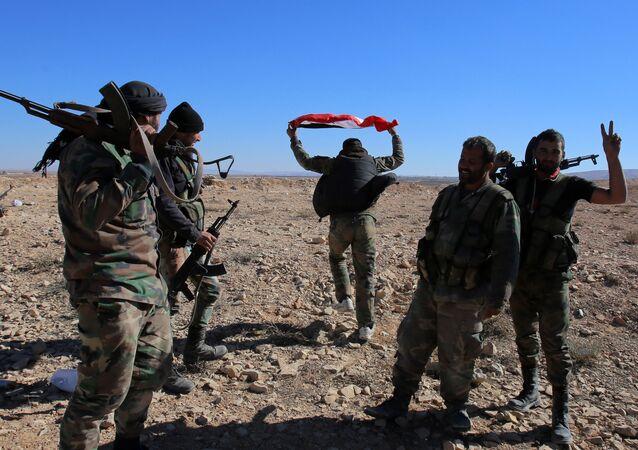 Soldados do Exército sírio na colina perto de cidade de Mhin, província de Homs, Síria, novembro de 2015