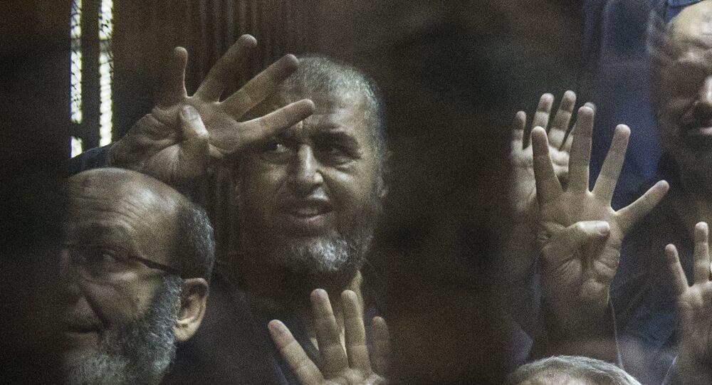 Um dos líderes da Irmandade Muçulmana, Khairat al-Shater (centro) antes de ser julgado em 2 de junho de 2015, no Egito