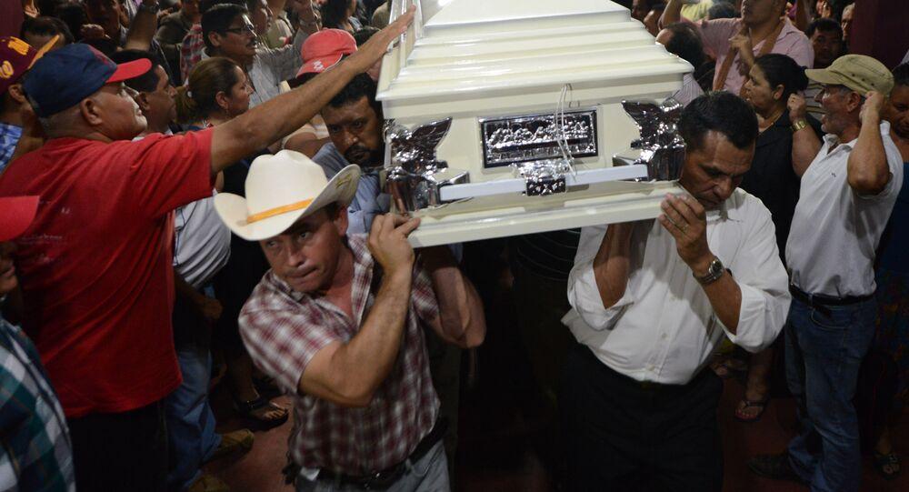 Parentes e amigos carregam o caixão de Berta Cáceres