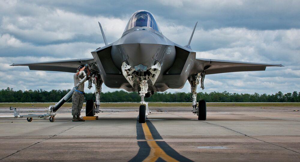 Caça F-35 sendo reabastecido na Base Aérea de Eglin, na Flórida
