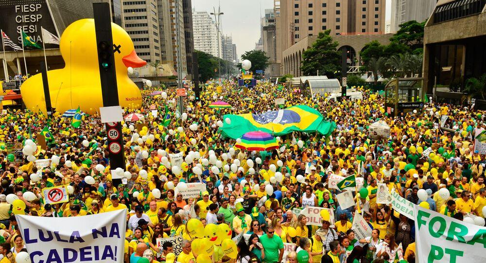 Em São Paulo, a Avenida Paulista ficou lotada de manifestantes contra o PT e a presidente do Brasil, Dilma Rousseff