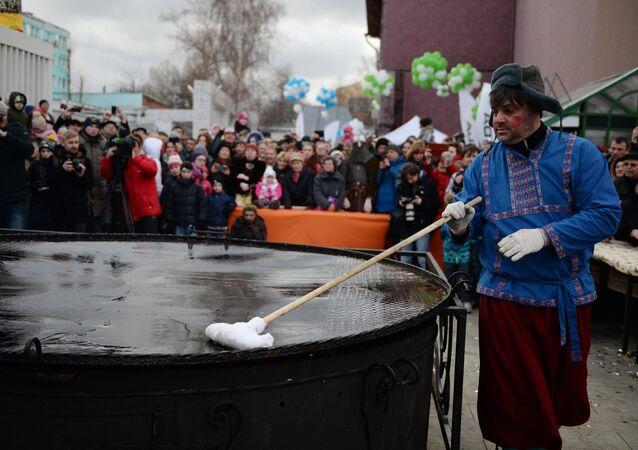 Festejos de Maslenitsa no parque Hermitage