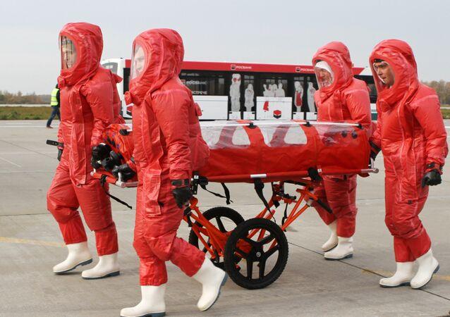 Funcionários do Ministério para Situações de Emergência da Rússia apresentam um avião dedicado especialmente à transportação de infectados de ebola