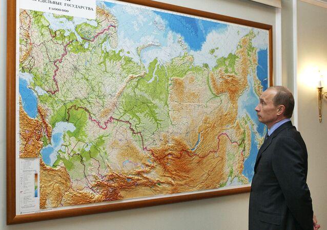 Presidente Vladimir Putin analisa mapa da Rússia em sua residência em Novo-Ogaryevo, nos arredores de Moscou
