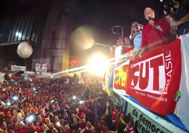 O ex-presidente Luiz Inácio Lula da Silva durante ato na Avenida Paulista contra o impeachment e a favor da democracia
