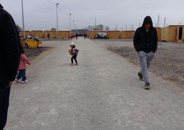 Crianças jogam futebol no campo de refugiados Linière, Grande-Synthe, França  (arquivo)