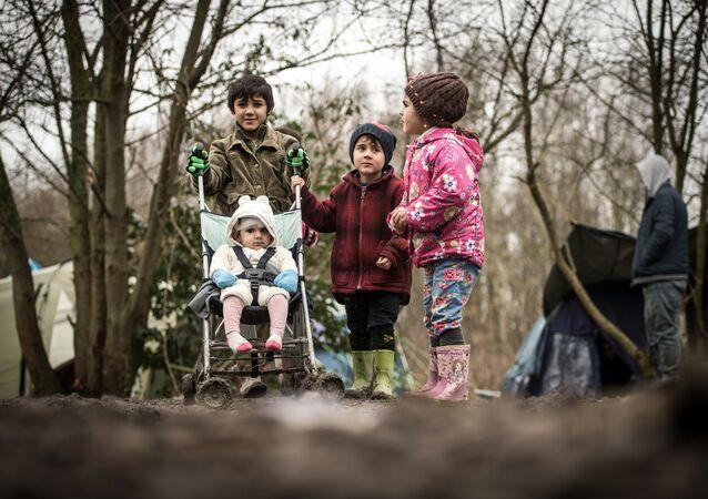 Migrantes pequenos no campo de refugiados em Grande-Synthe, França, 29 de dezembro de 2015