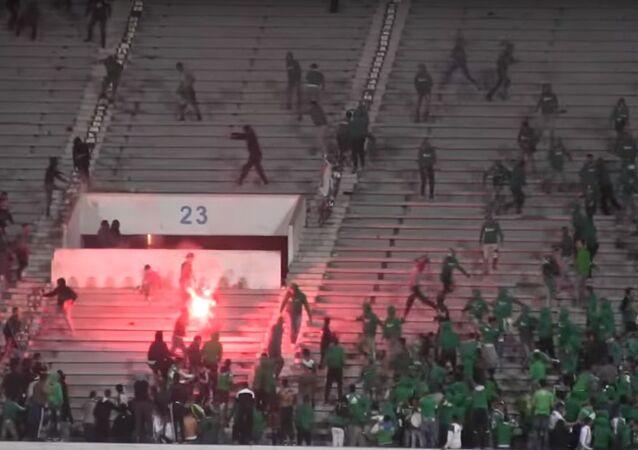 Um jogo de futebol entre dois clubes de futebol locais em Casablanca acabou em lutas de massa