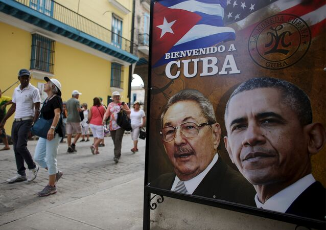 Barack Obama e Raúl Castro em cartaz que dá boas vindas ao presidente dos EUA a Cuba