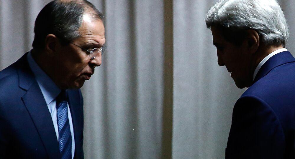 Ministro das Relações Exteriores russo Sergei Lavrov e o Secretário de Estado norte-americano John Kerry na reunião bilateral nas margens da reunião dos ministros da Organização para a Segurança e Cooperação na Europa, Belgrado, Sérvia, 3 de dezembro de 2015
