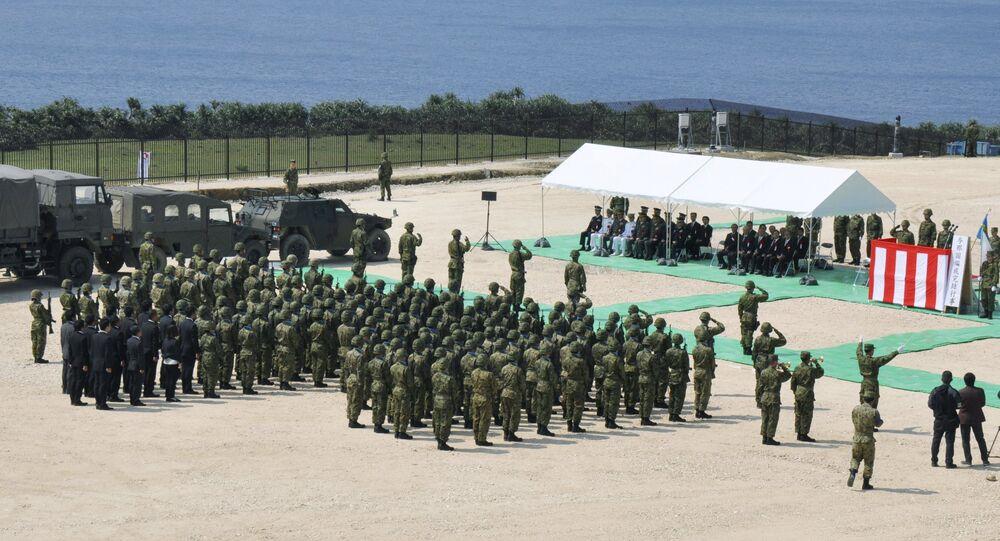 Soldados da Força de Auto-Defesa do Japão participam da cerimónia de abertura da nova base militar na ilha Yonaguni na prefeitura de Okinawa, Japão, 28 de março de 2016