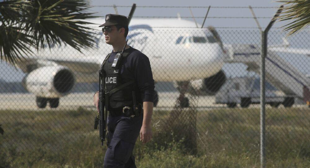 Polícia guarda o aeroporto de Larnaca perto de um A320 Egyptair Airbus sequestrado, 29 de março de 2016