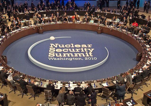 Presidente Barack Obama hospeda 46 líderes que visitam no início da sessão plenária da Cúpula da Segurança Nuclear, 13 de abril de 2010, em Washington, DC