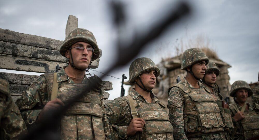 Militares da autoproclamada República de Nagorno-Karabakh participaram de confrontos com as Forças Armadas do Azerbaijão em 2015; agora, o conflito entrou em uma nova fase