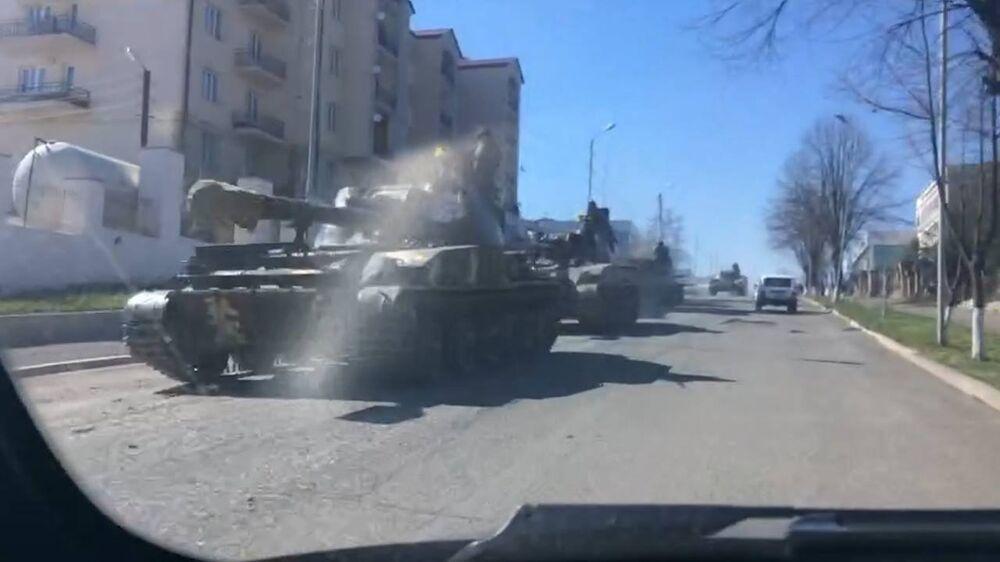 Tanques passam pela cidade de Stepanakert na manhã deste sábado, 2 de abril