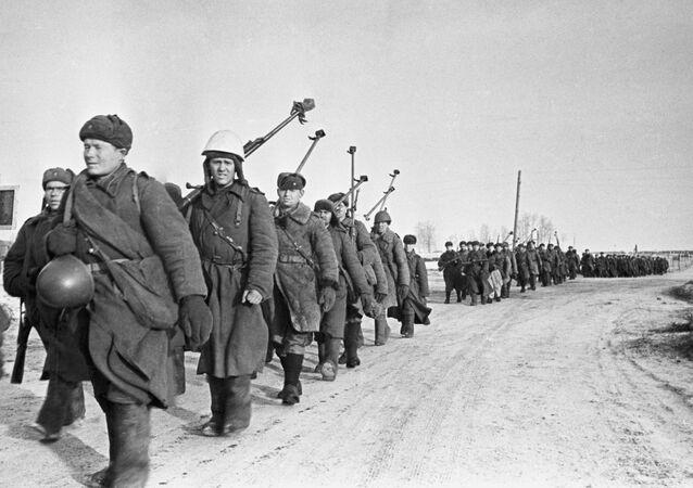 Soldados de um batalhão antitanque voltam ao rio Vyazma, em 1943