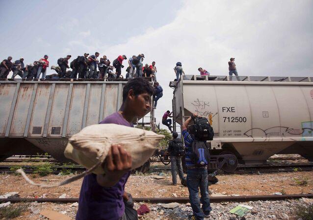 Emigrantes da América Central atravessando a fronteira do México com os Estados Unidos