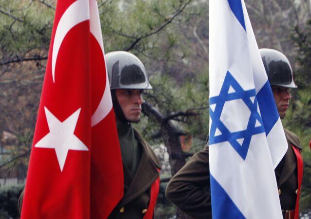 Soldados da Guarda de honra turca com bandeiras da Turquia e de Israel antes de negociações entre o ministro da Defesa turco Ehud Barak e o seu colega turco Vecdi Gonul, Ancara, Turquia, 17 de janeiro de 2010