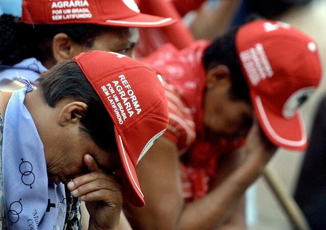 Trabalhadores Sem Terra choram em protesto pela morte dos 19 campesinos massacrados em Eldorado dos Carajás em 1996 - foto de 17 de abril de 2001