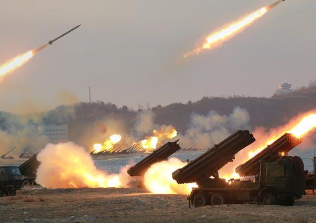 Lançadores múltiplos de foguetes vistos quando estavam disparando durante um treinamento em lugar desconhecido da Coreia do Norte.