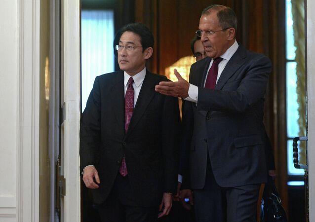 Ministro das Relações Exteriores Sergei Lavrov com o seu homologo japonês Fumio Kishida