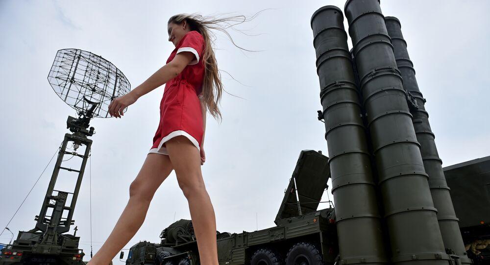Uma jovem passa ao lado do sistema de defesa antiaérea S-400