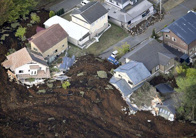 Os resultados do terramoto na cidade de Minami-Aso na prefeitura de Kumamoto, Japão
