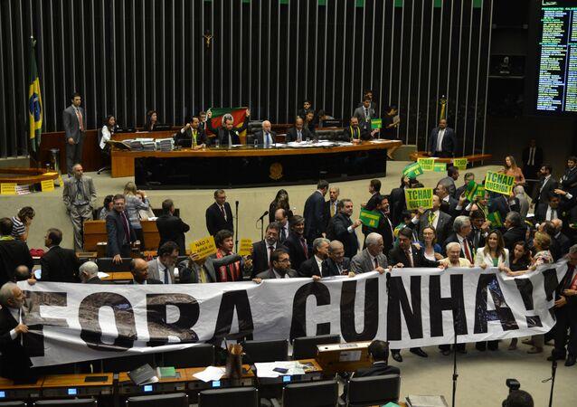 Deputados se manifestam contra Cunha e Dilma no plenário