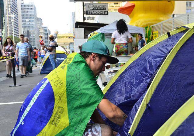 Manifestantes pró-impeachment acampam na Avenida Paulista