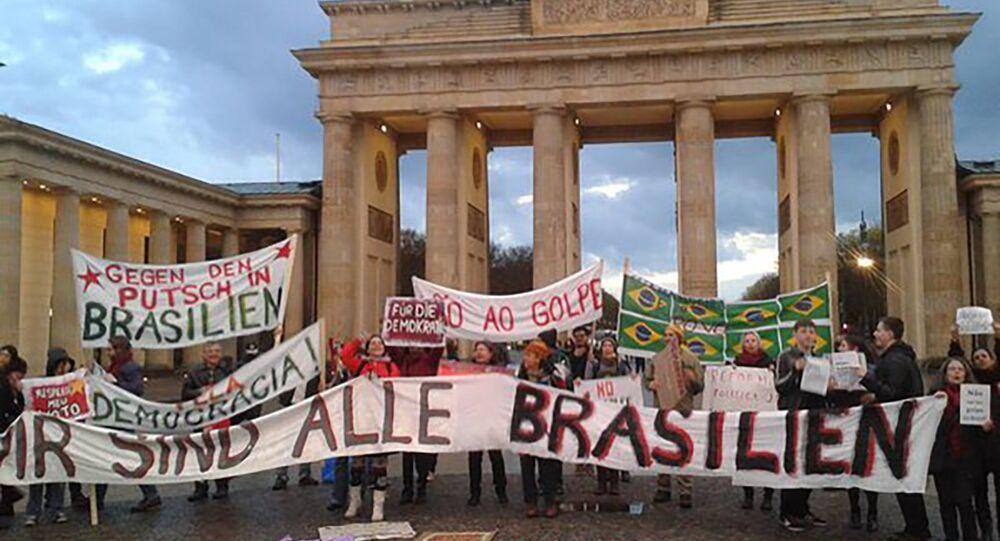 """Em Berlim, brasileiros se reúnem diante do Portão de Brandemburgo estendendo cartazes com os dizeres """"Não vai ter golpe"""" e """"Pela Democracia"""" (Arquivo)"""