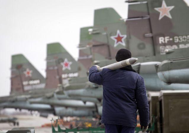 Soldado está carregando um míssil ar-terra