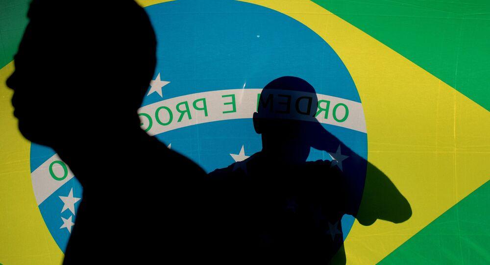 Manifestantes anti-Dilma passam na frente de uma bandeira do Brasil durante o ato de 17 de abril